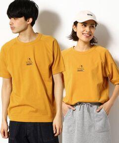 """<素材>程よい肉感の空紡天竺を使用しています。柔らかい生地感で肌ざわりも良く、さらりとした着心地が特徴です。 <デザイン>ピーナッツとのコラボTシャツ。胸中央に、タイプライターを打っているスヌーピーをプリントしたラグランスリーブTシャツ。後ろ衿ぐり中央には、スヌーピーから届いた手紙、という設定のグラフィックをプリントしています。SNOOPYの""""P""""と""""Y""""が、パープルとイエローの配色になっているのがデザインポイントです。<br>"""