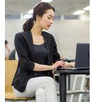 上品な光沢のノーカラージャケット。<br>ディティールやシルエット、女性らしく着られるようこだわりが込められています。<br>ビジネスやフォーマルなシーンで好印象をもたれる優秀なアイテムです。<br><br>(ブラック)<br>model:H169・B78・W58・H88 着用サイズ:38<br>(ピンクベージュ)<br>model:H166・B80・W58・H82 着用サイズ:38<br><BR>