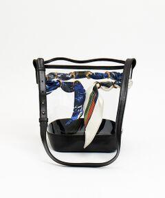 春夏らしいおしゃれで可愛いビニール素材のバッグ。<br>上品なシルクのスカーフが何とも大人の雰囲気漂うデザインに。<br>ちょっぴりレトロ感のあるスタイリングにも相性抜群です。<br><br>【manipuri(マニプリ)】ヴィンテージスカーフに魅了されたデザイナーがオリジナルのスカーフやストールを手掛け始めました。美しく見えるように計算されたサイズ感で、多くの女性から高い支持を得ています。また素材、生地感、プリントは熟練の職人によるハンドプリントと様々な手法を駆使した生産背景も魅力のひとつです。<br><BR>