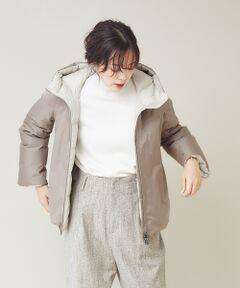 <strong>*Detail*</strong><br>・マウンテンパーカー風のデザインは、ダウンが苦手な方にもおすすめ。<br>・表裏のリバーシブルデザイン。表情が変わり着こなしの幅が広がる♪<br>・アームパターンに拘り袖がもたつかず、着脱がしやすい。厚手ニットでも羽織れる!<br>・裾を絞れるスピンドルで冷たい空気をシャットアウト。<br>・装飾は最小限に、洗練されたスマートダウン。<br><br><strong>*Coordinate*</strong><br>艶っとした光沢ある表面なので起毛ニットや厚手ニットなど、冬スタイルと好相性♪<br>重たくならずにスッキリみえます。カジュアルな着こなしにも合わせやすく、休日のお出かけに最適です。<br>モード感の強いブラックは、大人っぽい着こなしに合わせるのがおすすめ!<br><BR>