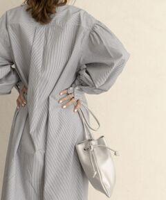 一見変わった形の巾着バッグ。見る角度によって形が変わって見えるので、色んな表情が見えますよ。<br>黒のワントーンでまとめても可愛いですし、シルバーとパイソンはコーディネイトのアクセントにもお使い頂けます◎<br>紐の結び方を変えることで長さの調節も可能です。<br><br>総重量 : 約200g<br><br>※商品画像は、光の当たり具合やパソコンなどの閲覧環境により、実際の色味と異なって見える場合がございます。予めご了承ください。<br>※商品の色味の目安は、商品単体の画像をご参照ください。