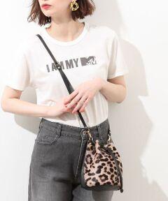 <b>上質なイタリアンレザーとハラコが上品な仕上がりの巾着バッグ。<br></b></br></br>キュッと絞ることで、コロンとするフォルムが可愛らしく、女性らしいバッグ。<br>レオパード柄でエッジを効かせたスタイリングに是非。<br><br>財布と携帯電話が入るほどのコンパクトサイズで、お出かけにもマスト。<br>内ポケットもあり、ICカードなどもしっかり収納できます。<br><br>【GIANNI NOTARO 旧Carol J. (ジャンニ ノターロ キャロルジェイ)/イタリア】<br><br>イタリアの老舗バッグブランドのデザイナーとして有名なGIANNI NOTARO(ジャンニ・ノターロ)が監修する、2007年イタリア・ナポリで誕生したバッグブランド。 <br>上質なレザーでハイセンスなデザインが魅力です。 <br>日本でもここ数年注目されているブランドで、ONでもOFFでも使える、大人の女性向けの上質なデイリーバッグが揃っています。 <br>イタリアブランドらしく、きれいなレザーと、フォルムの立体さが魅力的。 <br><br>※画像の商品はサンプルです。  実際の商品と仕様、加工、サイズが若干異なる場合がございます。<br><br>ROPE'の商品は、ROPE'実店舗のみの取り扱いになります。 <br>また、ROPE' mademoiselle の商品は、ROPE' mademoiselle実店舗のみの取り扱いになります。<br><br><br><br>※カラーについて※<br>本商品は商品の一部に天然素材を使用しているため、 一つ一つ色等が若干異なります。01と02カラーは同色ですが生産時期が異なるためカラーが分かれております。