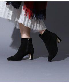<b>今年注目のスクエアトゥデザインで大人な雰囲気を演出。</b></br></br>滑らかなスエード素材を使用したショートブーツ。<br>ショート丈にスクエアトゥのシンプルなデザインが今年らしく大人な雰囲気を演出します。<br>ヒールは細幅にしてバックスタイルを華奢に見せ女性らしさをプラス。<br>デニムやスカートなどとも相性良く合わせられて気軽に履けるのもポイント。ソックスとレイヤードすればトレンド感もアップします。<br>秋冬のワードローブに持っておきたい1足です。<br>ROPE'の商品は、ROPE'実店舗のみの取り扱いになります。<br>また、ROPE' mademoiselle の商品は、ROPE' mademoiselle実店舗のみの取り扱いになります。