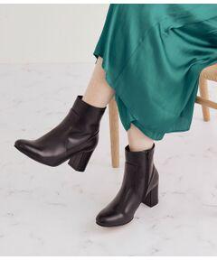 <b>安定感のある履き心地と絶妙なシルエットにこだわったブーツ</b></br></br>上品なツヤ感と深みのある上質なレザーを使用したショートブーツ。ブラックとダークブラウンの2色展開で、様々なスタイリングにマッチするベーシックなカラーに仕上げました。<br>ヒールは安定感のある太めのヒールで履き心地もよく、疲れにくいデザインに。<br>スカートやワンピース、デニムパンツなどにもマッチするブーツです。<br><br>※画像の商品はサンプルです。 実際の商品と仕様、加工、サイズが若干異なる場合がございます。<br><br>※室外で撮影している画像は、光の影響で色味が若干異なって見える場合がございます。<br><br>ROPE'の商品は、ROPE'実店舗のみの取り扱いになります。<br>また、MADEMOISELLE ROPE' の商品は、MADEMOISELLE ROPE'実店舗のみの取り扱いになります。