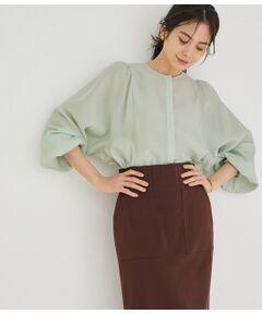 <b>着るだけでトレンドのスタイリングになるボリュームスリーブ</b></br></br>【素材】<br>レーヨンポリエステルナイロンのツヤとシアー感、膨らみのあるオンカジでキレイメな素材感です。<br><br>【デザイン・シルエット】<br>着るとツヤのあるヘルシーな素材感と膨らみがフェミニンなギャザーデザインでもスッキリとした印象に。カッティングで肩幅がコンパクトに見え、袖のボリューム感が女性らしさを演出。前明きデザインもうれしいポイント。<br><br>【カラー】<br>白、ミント、モカの合わせやすいニュアンスカラー3色展開です。<br><br>【おすすめのスタイリング】<br>パンツスタイルは勿論、とにかくどんなスタイルにも合う万能ブラウスで今シーズはコンビネゾンやジャンスカのようなアイテムと合わせると新しいスタイルに変化。<br>ウエストインでもアウトでもスタイルを作れるので幅広いシーンでお勧めしてください。<br><br>-----<br>透け:あり<br>裏地:なし<br>伸縮性:なし<br>光沢感:微光沢<br>生地の厚さ:薄手<br>ポケット:なし<br>-----<br><br>※画像の商品はサンプルです。 実際の商品と仕様、加工、サイズが若干異なる場合がございます。<br><br>※室外で撮影している画像は、光の影響で色味が若干異なって見える場合がございます。<br><br>※商品の入荷状況は、店舗までお問い合わせをお願いいたします。<br><br>店舗での商品のお取り扱いについて<br>ROPE'の商品は、ROPE'実店舗のみの取り扱いになります。<br>また、MADEMOISELLE ROPE' の商品は、MADEMOISELLE ROPE'実店舗のみの取り扱いになります。</br></br>洗濯機(極弱)・漂白、タンブル乾燥禁止