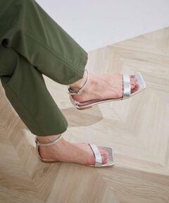 <b>高機能のスポンジを内蔵!見た目の履き心地も〇なフラットサンダル</b></br></br>【素材、機能、加工】<br>中敷の下には、ぺたんこ靴でも疲れないよう高機能のスポンジを使用していますので、長時間の外歩きにもおすすめです。<br><br>【デザイン・シルエット】<br>夏らしいゴールドとコッパーの輝きのある素材で,トレンドのスクエアのデザインでのサンダルです。<br>足首のベルトはあえて華奢にして、足首をほっそり見せてくれます。<br>ヌーディなデザインは夏のペディキュアの合わせも楽しめるので、足元が主役のコーディネートに。<br><br>【カラー】<br>夏らしいメタリックカラー2色展開。<br><br>※画像の商品はサンプルです。 実際の商品と仕様、加工、サイズが若干異なる場合がございます。<br><br>※室外で撮影している画像は、光の影響で色味が若干異なって見える場合がございます。<br><br>※商品の入荷状況は、店舗までお問い合わせをお願いいたします。<br><br>店舗での商品のお取り扱いについて<br>ROPE'の商品は、ROPE'実店舗のみの取り扱いになります。<br>また、MADEMOISELLE ROPE' の商品は、MADEMOISELLE ROPE'実店舗のみの取り扱いになります。