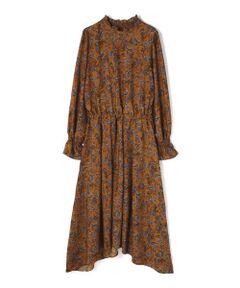 ヴィンテージ風のペイズリープリントがレトロな雰囲気のワンピース。秋冬らしい色みやシャーリングのフリル袖、自然とブラウジング出来るウエストゴム仕様でリラックスした着心地です。長めの丈感ですが、裾に差丈を付けたリズミカルなディティールが軽やかな雰囲気あふれる着こなしに。ペイズリーやボタニカルフラワー柄がアクセントになり、ボアやロングコートなど好相性です。足元はブーツを合わせたコーディネートがおススメです。※裏地有り