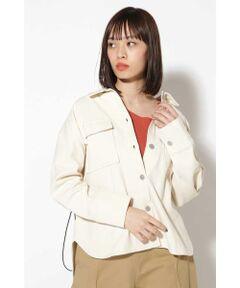 ナチュラルな風合いが今年らしいライトジャケット<br/>・大きめの胸ポケット<br/>・ゆとりのある大きめのサイズ<br/>・シルエットを変えられるドローコード<br/><br/><br/>【スタッフレビュー】<br/>ゆったりとした着心地のミリタリージャケット。前後で差のある着丈が大きめのサイズも軽やかな雰囲気で着られます。間隔の開いたボタンに後ろのドローコードがカジュアルさを演出。ウエストを絞ってメリハリのあるシルエットも楽しめるアイテムです。