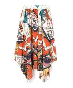 一枚でおしゃれに決まるスカーフプリントスカート<br/>・大胆なイレギュラーヘムデザイン<br/>・インパクトのあるスカーフプリント<br/><br/><br/>【スタッフレビュー】<br/>ヴィンテージ風のスカーフプリントをふんだんに取り入れたボリュームのあるスカート。歩くたびに揺らめくイレギュラーヘムがポイントです。シーズンムードも盛り上がるカラーデザインで、シンプルなトップスと合わせるだけでもパッと目を惹くコーディネートが完成します。