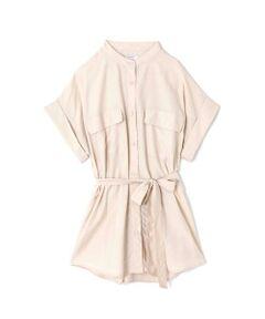 胸ポケットがポイントになったビッグシャツ<br/>・おしりが隠れるチュニック丈<br/>・ウエストを絞れる共布のウエストリボン<br/>・トレンドのポケット付きデザイン<br/><br/><br/>【スタッフレビュー】<br/>ワイドな袖口にゆったりとしたシルエットが旬な印象の半袖ロングシャツ。共布のリボン付きで、ウエストで結べばメリハリのある女性らしいスタイリングも◎。1枚で着るのはもちろん、中にキャミソールを重ねて羽織りとしても活用できます。ニットパンツやワイドパンツと合わせたスタイリングがおススメです。<br/>※洗濯の注意事項部分に誤りがあります。<br/>正:洗濯後の多少の変化はアイロンでお直し下さい。<br/>誤:洗濯後の多少の変化はスチームアイロンで直ります。