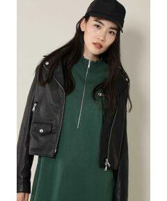 着心地のいいレザーがどこか高級感もあるライダースジャケット<br/>・柔らかな風合いのレザーを使用<br/>・ライダースジャケットならではのファスナーや付属使い<br/>・ハードになり過ぎない女性らしさもあるデザイン<br/><br/><br/>【スタッフレビュー】<br/>軽くて着心地のいいレザーを使用したライダースジャケット。ハードな印象のジャケットも、コンパクトなサイズ感にすることで上品さをプラスしたアイテムです。スカートやワンピースとも相性が良く、普段使いしやすい定番アイテムです。