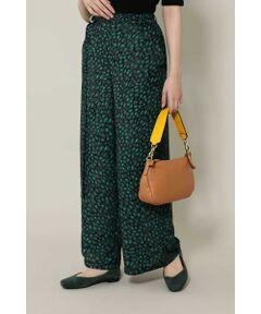 ワイドシルエットでスカート見えするワイドパンツ<br/>・オリジナルプリントを使用したレオパード柄<br/>・リラックスした着心地の後ろゴムデザイン<br/>・共地の細ベルト付き<br/><br/><br/>【スタフレビュー】<br/>今年注目のレオパードプリントを大人っぽい配色で仕上げたワイドパンツ。ワンピースのように見える大胆なシルエットです。トップスはチュニック丈のものと合わせてルーズ感ある着こなしを楽しんでも、コンパクトなトップスをタックインしてスタイルを強調したスタイリングをしても◎。合わせるアイテムで様々な表情を楽しめます。