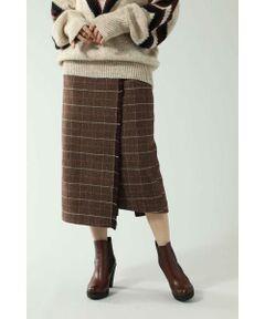落ち着きのある着丈が大人っぽい印象のロングスカート<br/>・巻きスカート風のデザイン<br/>・ストールを巻いたような端のフリンジ始末<br/>・厚みのある素材で暖かい着心地<br/><br/><br/>【スタッフレビュー】<br/>秋冬らしいチェック柄がシーズンムードを盛り上げるロングスカート。さりげないフリンジがどこかストールを感じさせる温かみのある1着です。台形シルエットが女性らしく、トップスは入れずにチュニック丈を意識したスタイルが今年らしく◎。同素材のジャケット(6009221021)と合わせたセットアップ風の着こなしもおススメです。