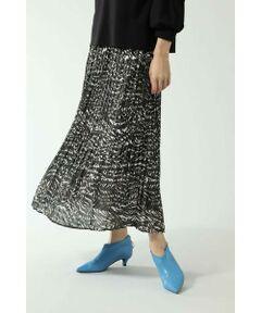 アクセントになるデザインがインパクトのある消しプリーツスカート<br/>・オリジナルのゼブラ柄プリントと無地の3色展開<br/>・無地は光沢感のある素材<br/>・程よいボリューム感<br/><br/><br/>【スタッフレビュー】<br/>歩くたびにふんわりと揺れるプリーツ加工で女性らしい印象を作れるロングスカートです。様々なシーンにマッチする、きちんと感と軽やかさのバランスが魅力のアイテムです。着回しやすいカラーと人気のレオパード柄で展開。これからの季節のスタイリングを華やかにしてくれます。
