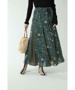 女性らしいフレアなシルエットがフェミニンなロングスカート<br/>・花柄と異素材を組み合わせたデザイン<br/>・共地のウエストリボン付き<br/>・ROSE BUDにしかないオリジナルプリント<br/><br/><br/>【スタッフレビュー】<br/>ヴィンテージライクなフラワープリントを使用したロングスカート。同色の異素材を組み合わせていて、歩くたびに動きがでるデザインです。共地のウエストリボン付きなので、トップスをインした着こなしも◎。春先まで活躍してくれます。