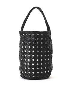 コンパクトなサイズがアクセサリー感覚で使えるバッグ<br/>・清涼感のある編地デザイン<br/>・広くマチを取った安定感のあるシルエット<br/><br/><br/>【スタッフレビュー】<br/>涼やかな編地がシーズンムードを高めるバケツ型バッグ。筒形の縦ラインが印象的なデザインで、日常に使いやすいサイズ感です。コーディネートに取り入れやすいシンプルなデザインやカラーが魅力。春夏の幅広いシーンで活躍します。
