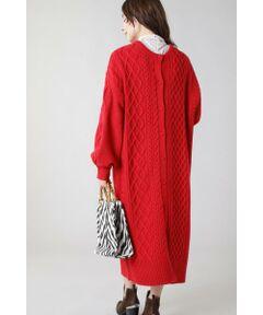 ざっくりと編まれたアラン柄が秋冬のムードを盛り上げるワンピース<br/>・裾には大胆なスリット<br/>・アラン編みでも重くなりすぎず、レイヤードを楽しめるアイテム<br/>・前後2wayで着用でき、カーディガンとしても活躍<br/><br/><br/>【スタッフレビュー】<br/>ケーブル柄がシーズンムードを盛り上げるニットワンピース。今季トレンドのロングブーツに合わせて1枚でワンピースとして着映えします。ボトムにパンツを合わせるレイヤードスタイルもお勧めです。幅広いスタイリングで使って頂けます。