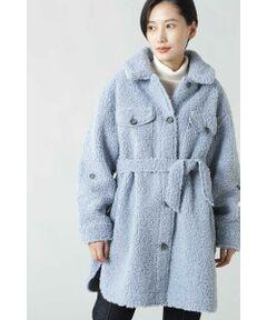 存在感のあるボアがシーズンムード漂うジャケット<br/>・暖かみのあるボア素材<br/>・お尻が隠れる長めの着丈<br/>・共地のウエストベルト<br/><br/><br/>【スタッフレビュー】<br/>CPOジャケットライクなボアジャケット。ふっくらとした暖かみのあるボアを使用したボリュームのある1着です。ヒップが隠れる着丈に、サイドスリットを入れて抜け感をプラスしています。袖の途中に釦をあしらい、袖先のループで腕まくりが可能です。共布リボンでウエストマークをする着こなしにも、外してラフに羽織ることもできます。<br/