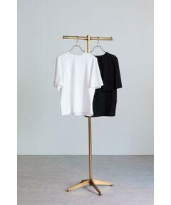 カジュアルな素材とモードなデザインのバランスが好印象のケープ風Tシャツ<br/>・フロントから見るとフレア袖のシルエット<br/>・バックから見るとケープのようなデザイン<br/>・タックインですっきりと着られるジャストな着丈<br/>・裾周りももたつかないようなシルエット<br/><br/><br/>【スタッフレビュー】<br/>バックスタイルまで流れるフレアスリーブがケープ見えするTシャツ。カジュアル過ぎずに女性らしく着られる1枚です。ゆったりめのシルエットなので、タイトスカート、スキニーデニムなど細身ボトムともバランス良くコーディネートできるのもうれしいポイント。ボトムにインをして、バックのケープデザインを強調させたスタイリングもおススメです。