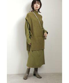 1枚でレイヤードスタイルが完成するワンピース<br/>・大人の女性でも着やすい落ち着いたカラー配色<br/>・ロングベストをワンピースから重ねたようなデザイン<br/>・すっきりとしたストレートシルエット<br/>・ニットは裏編み仕上げ<br/>・華奢見えするニットのスリーブデザイン<br/>・グレーのみWEB限定カラー<br/><br/><br/>【スタッフレビュー】<br/>今年らしいロングベスト風のワンピース。すとんとストレートになったデザインが大人っぽい1枚です。ニット部分はワンピースにドッキングされているのでテクニックいらずでおしゃれに決まります。