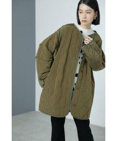 古着のキルティングライナーからインスパイアされたジャケット<br/>・形にこだわった古着のようなシルエット<br/>・大きめのサイズ感<br/>・ライナーではなかなか見られないポケット付き<br/><br/><br/>【スタッフレビュー】<br/>軽くて暖かくて大人気のキルティングコートです。リップストップのキルティング生地は丈夫で着心地も抜群です。グラデーションのパイピングと袖口のベルトがカラーアクセント。フロントをボタンにして可愛らしさをプラスしました。パンツなどでカジュアルに合わせるだけでなくフェミニンなワンピースやスカートと合わせても今年らしいこなれ感のあるスタイリングになります。