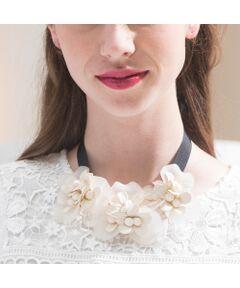 【結婚式/パーティー/ドレスアップ/2次会/フォーマル対応/<br>女子会/お食事会/デイリー/フラワーモチーフ/リボン】<br><br><br>2色の花びらを重ねてボリューム感と立体感を出した個性的なフラワーモチーフネックレス。<br>身に着けるだけで華やかなボリューム感が出てデイリーからオケージョンまで幅広く着用していただけます。<br><br><br><br><br><br><font color='#ff3366'><b>Rose Tiara Brand Concept<br></b></font>甘さが程よく香る上質感と<br>フェミニンなやさしさが漂うシルエット<br>まとうだけで大人の透明感が光る<br>甘くなりすぎないキュートなワードローブ<br><br><br>素材選びからデザイン、パターンまで一貫して行い、美しいシルエットを追求<br>ただ小さくしたのではなく、ただ大きくしただけではないモノづくりを行っています<br>36・38・40号と42・46・50号ではデザインは変えず<br>着心地感や全体のバランス、シルエットの美しさを考慮し、仕様を変えています<br>そのため商品画像とは若干異なる場合がございますのでご了承ください<br><br><br>*撮影環境により光の当たり具合で色味が違って見える場合があります。<br>*商品画像はサンプルのため、色味やサイズ、プリントの位置、仕様などに変更がある場合があります。<br>*取扱いの注意については取扱い表示をご確認の上、着用をお願いします。<BR>