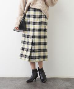 秋冬コーデに欠かせないチェック柄スカート。<br>フロントにのみボックスタックの入った膝下丈のデザイン。<br>ダブルフェイスの生地を使用しているので冬まであたたかく着ていただけます。<br>ウエストにはグログランリボンを使用しちょっとしたアクセントに。<br>ボリューム感のあるニットやスウェットとの合わせも今年らしくておすすめです◎<br>日本製<BR>
