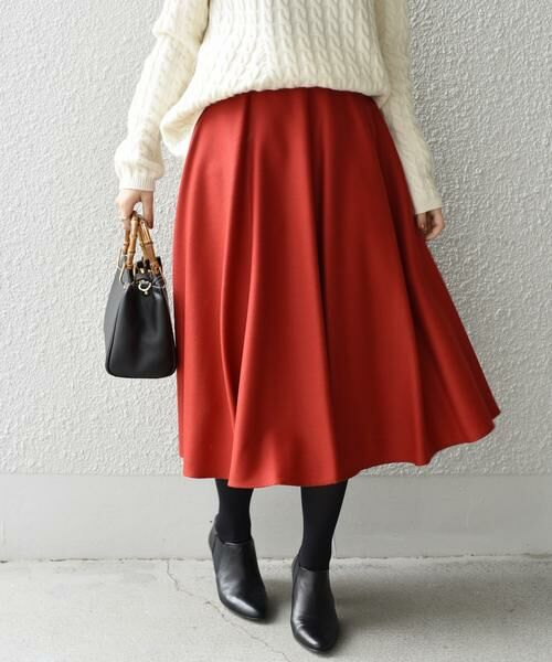 動くたびに綺麗にたなびく軽やかなウールフレアスカート