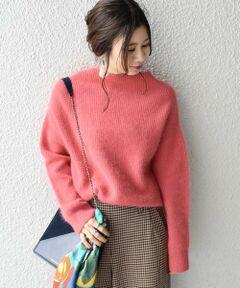 """ベーシックなデザインで着まわしのしやすいニット。<br>すっきりとしたハイネックで今年らしさもプラス。<br>アンゴラならではのふわふわとしたヘアリーな肌触りも魅力です◎<br><br>◆オーストラリアが誇る上質な""""HAMILTON LAMBSWOOL"""" 評価の高い羊毛の中でも、オーストラリアはヴィクトリア州のハミルトン地域で取れる18マイクロンのジーロンラムウールのみ名称が与えられる、""""HAMILTON LAMBSWOOL""""(ハミルトン ラムズウール)を使用。小高い台地にあるハミルトン地域には霧がよく発生し栄養価の高い牧草が育つため、同地の羊毛は白度が高く、また長い毛足とヌメリ感、柔らかさや軽量感にも優れているのが特徴になります。<br><br>※末永く愛用頂く為に、アテンションタグ・洗濯ネームを必ずご確認の上、着用又はお取り扱い下さい。"""
