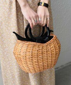 毎シーズン人気のVIOLAd'OROから春夏の新作が登場!!<br>ラタン素材にリングハンドルが大人な雰囲気のカゴバッグ。<br>必要な物が入るサイズ感に、コロンとした可愛らしいデザインが、ちょっとしたお出掛けにも女性らしさを演出してくれるアイテムです。<br><br><br>【VIOLAd'ORO】<br>ヴィオラドーロには、持つごとに愛着が湧き大切に扱われる、そして自分のスタイルを完成させるのに欠かす事ができない、そんな存在であって欲しいという願いが込められています。 上質な素材でトラディショナルな中にも旬のエッセンスを織り交ぜたデザインです。<br><br><br>※素材の特性上、若干の色ムラ、擦れが見られる場合がございますが、予めご了承下さい。<br>※雨や汗に濡れた状態での摩擦により、色落ちする恐れがございますのでご注意下さい。<br><br>※画像の商品はサンプルです。 実際の商品と仕様、加工、サイズが若干異なる場合がございます。<br>※屋外での撮影画像は、光の当たり具合で色味が異なって見える場合があります。商品の色味は、スタジオでの詳細画像をご参照ください。