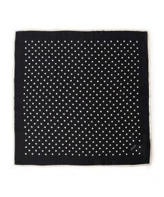 モノトーンで大人かわいいドット柄スカーフです。<br>いつものコーディネートにプラスするだけでポイントになるアイテム。<br>首元やヘアアイテムとしてお使い頂いたり、バッグに巻いてワンポイントにも◎<br><br>※末永く愛用頂く為に、アテンションタグ・洗濯ネームを必ずご確認の上、着用又はお取り扱い下さい。
