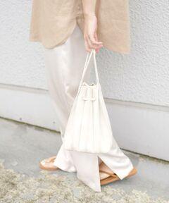 今年らしいプリーツ風デザインの巾着バッグが登場!<br>立体的で存在感のある巾着バッグは素材に合成皮革を使用しているため、軽く、イージーケアなのが嬉しいポイントです。<br>付属のショールダーで、肩掛けにする事ができコーディネートや気分に合わせて簡単に雰囲気を替えられます。<br>バッグ底が丸ではなく横長の四角になっているので肩掛けで持った際に厚みがなく、体に沿って持ちやすい設定しています。<br>気軽にトレンドを取り入れられるロープライスも魅力です!<br><br>【パイソン柄】<br>※一点一点柄の出方が異なりますのでご了承ください。<br><br><br>※末永く愛用頂く為に、アテンションタグを必ずご確認の上、着用又はお取り扱い下さい。<br><br><font color=RED>※画像の商品はサンプルです。 </b></font><br>実際の商品と仕様、加工、サイズが若干異なる場合がございます。<br><br>