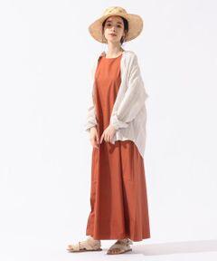 【Vincent et Mireille】<br>たっぷりと生地分量を使用した1枚で着れるSHIPS別注のワンピースです。<br>アメリカンスリーブで肩の露出を上げてヘルシーな雰囲気にし、また落ち感のあるテンセルの素材が程よい上品さを演出してくれます。<br>シンプルなのでパイピングを微配にし、裾の切替の幅を広くすることで立体感が出る様細かいデティールに拘っています。<br><br><br>【Vincent et Mireille】(ヴァンソン・エ・ミレイユ)<br>1950年代初頭、農業関係者や市場の労働者を対象にフランス・ブルゴーニュ地方で誕生した老舗ワークウェアブランド。<br>自社工場で生産される高品質なウェアは、アウトドア関連のプロフェッショナルから料理人、そしてファッショニスタに至るまで幅広い層の支持を集めています。 <br><br><br>※末永く愛用頂く為に、アテンションタグ・洗濯ネームを必ずご確認の上、着用又はお取り扱い下さい。