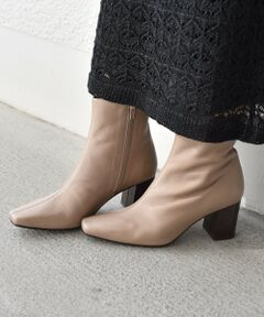 【FLAMENQUITAS】<br>トレンドのデザインと履きやすさから人気のFLAMENQUITASよりスクエアトゥが大人っぽい<br>ミドルブーツが登場!<br>コーディネートしやすい柔らかい印象のベージュとスタンダードなブラックをご用意しました。<br>足首が隠れる程よいミドル丈なのでロングスカートやワンピースとの相性も◎。<br>また安定感のあるヒールで歩きやすいのもポイントです。<br><br><font color=RED>※画像の商品はサンプルです。 </b></font><br>実際の商品と仕様、加工、サイズが若干異なる場合がございます。<br>※屋外での撮影画像は、光の当たり具合で色味が異なって見える場合があります。商品の色味は、スタジオでの詳細画像をご参照ください。<br>※サイズ換算(表記)はあくまで目安となります。<br>※薄いボール紙を使用した箱の為、輸送中に箱が多少破損する場合がございます。予めご了承お願いいたします。<br>※汗など濡れた状態での摩擦などにより、色落ちします。濃色製品の場合は淡色の衣類と合わせることは避けて下さい。紫外線により変色を起こしますので、窓の近くや蛍光灯の近くで保管しないで下さい。<br>※水分が付着するとシミや型崩れの原因となります。カビが発生しやすいので、着用後は風通しの良いところで陰干しして下さい。<br>※末永く愛用頂く為に、アテンションタグを必ずご確認の上、着用又はお取り扱い下さい。