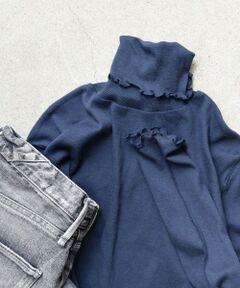 """レイヤードスタイルにかかせないメロー仕様のタートルネック。<br>細番手の綿をテレコ組織で甘く編み下ろし、エアリーなタッチを表現したAlbini社の素材を使用しています。<br>リピートしたくなるような肌ざわりの良さと着心地が魅力の一枚です。<br><br>-------------------------------------<br>生地の厚み:薄手<br>伸縮性:有<br>透け感:有<br>光沢感:無<br>水洗い:可<br>-------------------------------------<br>【スタッフ着用コメント】<br>《スタッフ1》<br>身長:156cm/体型:細身/普段サイズ:36/着用サイズ:ONE SIZE<br>サイズ感:適度なフィット感があります。<br>コメント:首元や裾、袖口のメローがワンポイントになりおしゃれに着られました。薄手の生地なので、ごわつき感なくレイヤードスタイルを楽しめそう◎<br>------------------------------------- <br><br><br>※末永く愛用頂く為に、アテンションタグを必ずご確認の上、着用又はお取り扱い下さい。<br>※屋外での撮影画像は、光の当たり具合で色味が異なって見える場合があります。商品の色味は、スタジオでの詳細画像をご参照ください。<br><br><font color=""""RED"""">※画像の商品はサンプルです。 </font><br>実際の商品と仕様、加工、サイズが若干異なる場合がございます。</p>"""