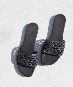 """マクラメ風の甲素材を使用したサンダル。<br>履いた時にマクラメからちらっと肌見せができ、カジュアルな印象の一足。<br>インソールにはスエード調の生地を使用しており、肌触りとフィット感が心地良い履き心地を演出◎<br>滑りにくいゴムソールで、歩きやすいのも嬉しいポイント。<br><br><br>※サイズ換算(表記)はあくまで目安となります。<br>※薄いボール紙を使用した箱の為、輸送中に箱が多少破損する場合がございます。予めご了承お願いいたします。<br>※末永く愛用頂く為に、アテンションタグを必ずご確認の上、着用又はお取り扱い下さい。<br>※屋外での撮影画像は、光の当たり具合で色味が異なって見える場合があります。商品の色味は、スタジオでの詳細画像をご参照ください。<br><br><br><font color=""""RED"""">※画像の商品はサンプルです。 </font><br>実際の商品と仕様、加工、サイズが若干異なる場合がございます。</p>"""