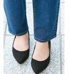 履き心地とシンプルな美しさを両立したパンプス。<br>デイリー使いから、お呼ばれシーンまで幅広く活躍してくれるアイテムです。<br><br>・着脱式のクッションインソール付。疲労の防止や痛みの軽減に効果的。<br>・踵部分にふかふかのクッションを入れ靴擦れ、脱げが起こりにくいデザイン。<br>・超撥水加工で水や汚れをしっかり弾く。<br>・防臭機能付きでいつだって清潔をキープ。<br>・反り返り抜群の靴底で足底にフィット。<br>・凸凹のある靴底で滑りにくくなっています。<br><br>※この商品(レッド系)は、実際はピンクに近い色味です。<br>※保管の際は、汚れを落として陰干ししてから、通気の良い所へしまって下さい。汚れたまま保管すると、変色やカビの原因となります。<br>※その他お取り扱いに関しましては、商品に付属のアテンションタグをご覧ください。