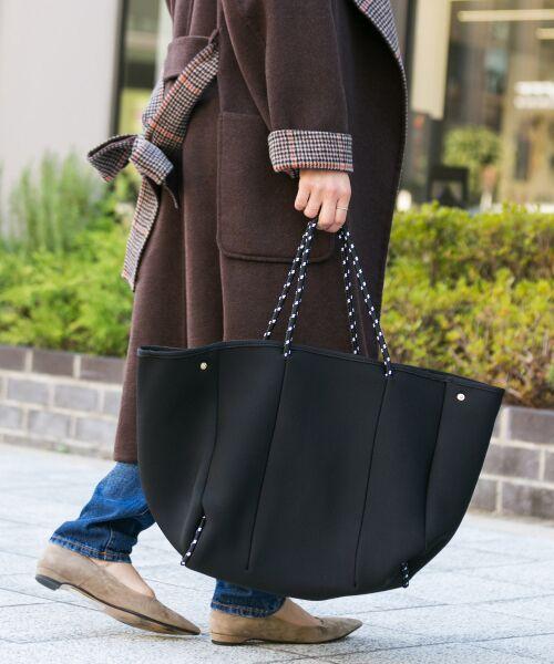 【予約】トレンド感あふれるダイバー素材に撥水加工を施した大人カジュアルスタイルにぴったりなトートバッグ。
