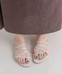 """華奢なアンクルストラップのライン使いが女性らしいアシンメトリーサンダル。<br>フラットで歩きやすく、甲をしっかりホールドしたシンプル大人見えのデザインです。<br><br>※靴箱破損につきましては、商品に不良が無い場合に限り出荷させていただいております。予めご了承ください。<br>※甲革の汚れを取るためには、水で濡らした布を用い、靴用クリームなどの保革油は仕様しないでください。<br>※その他お取り扱いに関しましては、商品に付属のアテンションタグをご覧ください。<br><br><strong style=""""font-weight:bold;"""">【スタッフ着用コメント】</strong><br>試着サイズ : L<br>Lサイズでぴったりでした。アッパー部分もきつすぎず、歩きやすいです。<br>[スタッフデータ]<br>普段の着用サイズ : 24.5cm<br>足長 : 24cm<br>足囲 : 23.0cm<br>足幅 : 普通<br>※履き心地には個人差がございますので、あくまでも目安としてご覧ください。<br>※商品画像は、光の当たり具合やパソコンなどの閲覧環境により、実際の色味と異なって見える場合がございます。予めご了承ください。<br>※商品の色味の目安は、商品単体の画像をご参照ください。"""