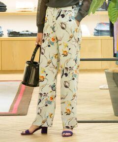 とろみのあるしなやかなタッチが魅力のトリアセテートポリエステル素材を使用したパンツ。<br>線描きのようなモダンなフラワープリントが美しく、スタイリングの主役になる一着です。<br>ほど良いゆとりのあるストレートシルエットでエレガントな中にも抜け感を演出。<br>手洗いが可能でお手入れもしやすく、デイリーに活躍してくれるアイテムです。<br><br>2019SS商品<br><br><b>店舗にお問い合わせの際は、下記の品番をお申し付けください。<br>品番:13049104055</b><br><br>※※ご自宅でのお洗濯の際は、洗濯方法を十分ご確認の上、やさしい手洗いをお願いいたします。