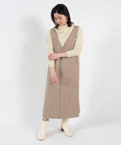 しなやかなドレープ感が特徴の、ダブルフェイス素材を使用したジャンパースカート。<br>伸縮性に優れ、着心地の良さは抜群です。<br>裾に向かってすとんと落ちるボクシーなシルエットに深めのVあきがクラシカルかつ女性らしい印象に。<br>両サイドに配した大きなポケットがキュートなアクセントになっています。<br>膝に掛かる絶妙な着丈でフラットシューズからロングブーツまで幅広いシューズと好相性。<br>ブラウスやニットなど合わせるインナー次第でさまざまな雰囲気をお楽しみいただけるアイテムです。<br><br>スタッフ身長:158cm<br><br>※※画像はサンプルを使用しており、実際の製品は着丈が7cm短くなります。<br>詳細は採寸情報欄をご参照ください。<br><br>2020AW商品<br><br><b>店舗にお問い合わせの際は、下記の商品番号をお申し付けください。<br>商品番号:11-06-04-06231</b><br>