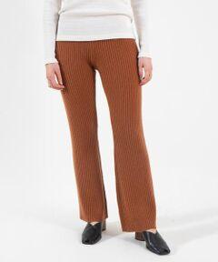 ウール、カシミヤとセーブル、上質な三種の素材をミックスして編み上げたニットシリーズ。<br>ふんわりとした風合いとソフトなタッチが魅力です。<br>パンツはすっきりとしたヒップまわりと膝下から緩やかに広がるセミフレアシルエットで新鮮なバランスの一着。<br>ヒールにはもちろんフラットシューズとも好相性の絶妙な丈感もポイントです。<br>同素材のワンピース(商品番号:11-02-05-02303)やプルオーバー(商品番号:11-02-05-02302)とのセットアップスタイルもおすすめ。<br>スタイリングにこなれ感をプラスしてくれるアイテムです。<br><br>スタッフ身長:158cm<br><br>2020AW商品<br><br><b>店舗にお問い合わせの際は、下記の商品番号をお申し付けください。<br>商品番号:11-04-05-04301</b><br><br>※※こちらの製品は、独特のぬめりのある柔らかな風合いと上品な光沢感が特徴の大変デリケートな素材です。<br>毛玉ができやすい為、着用後は毛足の柔らかなブラシで乱れた毛並をやさしく解きほぐしてください。<br>その他お取扱い上の注意をよくご確認の上、ご使用をお願いいたします。<br>