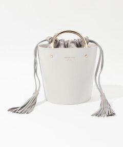 ミニマルな印象のスムースレザーにゴールドのハンドルが映えるバケットバッグ。<br>小ぶりながら存在感があり、スタイリングのアクセントになります。<br>取り外し可能なストラップ付きでさまざまなシーンで活躍するアイテム。<br><br>〈CHRISTIAN VILLA ( クリスチャン・ヴィラ)〉<br>イタリアの有名レザーバッグブランド POP CORN MILANO(ポップコーン ミラノ)から2010年に誕生したニューライン。<br>現代の都会的な女性たちに向け、Made in Italyにこだわった上質なバッグを提供している。<br><br>2020AW商品<br><br><b>店舗にお問い合わせの際は、下記の商品番号をお申し付けください。<br>商品番号:33-03-05-03085</b>