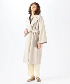 〈DES PRES〉定番のウールメルトン素材を使用したアウターシリーズ。<br>高密度に織り上げた後両面にビーバー加工を施し、しなやかなタッチで上品なツヤのあるリュクスな風合いに仕上げました。<br>ガウンコートは大きめのラペルがポイントの一着。<br>身体を包み込むようなゆったりとしたボディにワイドスリーブでリラックス感があり、やわらかで女性らしい雰囲気を演出してくれます。<br>付属のベルトはきゅっとウエストマークしたり、脇の切り込みループに通して前身頃のみ絞る着こなしなど、アレンジ次第でさまざまにシルエットを変えてお楽しみいただけるのも魅力。<br>オンオフ問わず幅広いスタイリングで活躍してくれる大人のための上質なアイテムです。<br><br>2020AW商品<br><br><b>店舗にお問い合わせの際は、下記の商品番号をお申し付けください。<br>商品番号:22-08-04-08301</b><br><br>※※お取扱い上の注意※※<br>ソフトでデリケートな素材を使用しています。<br>毛玉ができやすい為、着用後はホコリをはらい、毛羽乱れを整えるブラッシングがおすすめです。<br>取り除く場合は引っ張らず、毛玉取り器やハサミで丁寧にカットしてください。
