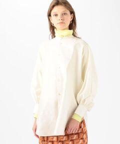絶妙な光沢感が魅力の、コットンのモールスキン素材を使用したチュニックシャツ。<br>薄手ながらもほど良いハリがありシルエットを美しく演出してくれます。<br>きゅっと詰まったネックラインやフロントのボザムデザイン、袖口に寄せたギャザーが生み出すふんわりとしたスリーブがクラシカルな印象の一着。<br>長めの着丈ながら両サイドのスリットや前後差のあるヘムラインで軽やかな抜け感をプラスしています。<br>スリムパンツにはもちろん、ボリュームのあるボトムスと合わせれば今年らしい着こなしに。<br>さまざまなスタイリングで活躍してくれるクリーンな表情のアイテムです。<br><br>2021SS商品<br><br><b>店舗にお問い合わせの際は、下記の商品番号をお申し付けください。<br>商品番号:12-01-11-01701</b><br><br>※※大変デリケートな素材です。<br>素材表面の組織・糸質などから引っ掛けやすい為、やさしいお取扱いをお願いします。