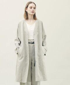 厳選されたリネン糸を高密度に織り上げたプレーンリネンシリーズ。<br>着用するほどに身体に馴染み、変化する風合いをお楽しみただけます。<br>コートはゆったりとしたオーバーサイズのシルエットや丸みのある肩のライン、非常に軽い着心地で女性らしい抜け感のある一着。<br>ボリュームを持たせた太めのスリーブがポイントで、そのままさらりと羽織るだけでさまになります。<br>お手持ちのレザーベルトなどでウエストマークした着こなしもおすすめ。<br>どんなスタイリングにも馴染むミニマルなデザインで、オンオフ問わずさまざまなシーンで活躍してくれるアイテムです。<br><br>2021SS商品<br><br><b>店舗にお問い合わせの際は、下記の商品番号をお申し付けください。<br>商品番号:22-08-11-08108</b>