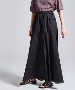 タテ糸にコットン、ヨコ糸にシルクを使用して高密度に織り上げたタイプライター素材のシリーズ。<br>ほど良いハリとタンブラー加工によるナチュラルなシワ感が魅力です。<br>スカートはコンパクトな腰まわりから裾に向かって美しく広がるマーメイドシルエットが女性らしくエレガントな印象の一着。<br>たっぷりとした分量感がありながらも軽やかな印象で、スタイリングに夏らしい雰囲気を演出してくれます。<br>ウエスト内側に配したスピンドルでフィット感を調整できるのもポイント。<br>きれいめにはもちろん、シンプルなニットやフラットサンダルを合わせたリラックスムード漂う着こなしなどコーディネート次第で異なる表情をお楽しみいただけるアイテムです。<br><br>2021SS商品<br><br><b>店舗にお問い合わせの際は、下記の商品番号をお申し付けください。<br>商品番号:22-05-12-05404</b>