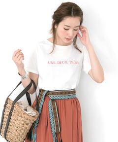 夏の代表かつ定番であるTシャツ。胸元に書かれたフランス語が、さりげないアクセントに。<br>シンプルで定番アイテムだからこそ、スタイリングを選ばず、着まわしが効くアイテムです。<br>手洗いが可能なため、自宅で簡単にお手入れができるのも魅力的。何枚あっても助かる、夏の必需品です。<br><br>※透け感あり<br>※伸縮性あり