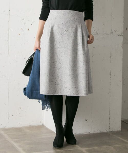 素材が生む立体的シルエットが美しい台形スカート