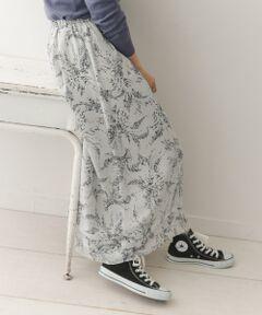 今季トレンドのモノトーンベースのフワラーモチーフプリントのスカートを、女性らしいシフォン生地でご用意しました。<br>広がりすぎないボリューム感のギャザーシルエットが甘さを抑え、しっかりと長めの丈も落ち着いた印象に。<br>ウエストをリラックス感のあるゴム仕様にすることで着心地にも重視。<br>軽くてエアリーな素材感が春を感じさせる、大人のスカートに仕上げています。<br><br>※この商品はデリケートな素材を使用しているため、引っかかりやすくなっています。お取り扱いにご注意ください。<br>※その他お取り扱いに関しましては、商品に付属のアテンションタグをご覧ください。